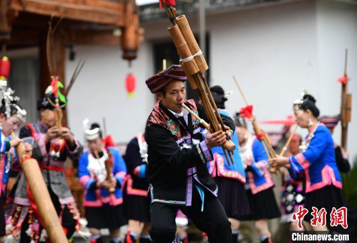 2月3日,在广西桂林市龙胜各族自治县平等镇广南村,侗族同胞在表演芦笙踩堂。 潘志祥 摄
