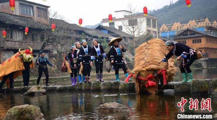 2月3日,在广西桂林市龙胜各族自治县平等镇广南村,侗族同胞在参加民俗巡游。 潘志祥 摄