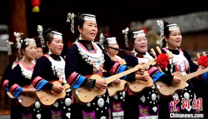 2月3日,在广西桂林市龙胜各族自治县平等镇广南村,侗族同胞在弹唱侗族琵琶歌。 潘志祥 摄
