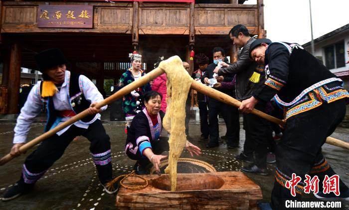 2月3日,在广西桂林市龙胜各族自治县平等镇广南村,侗族同胞在打糍粑。 潘志祥 摄